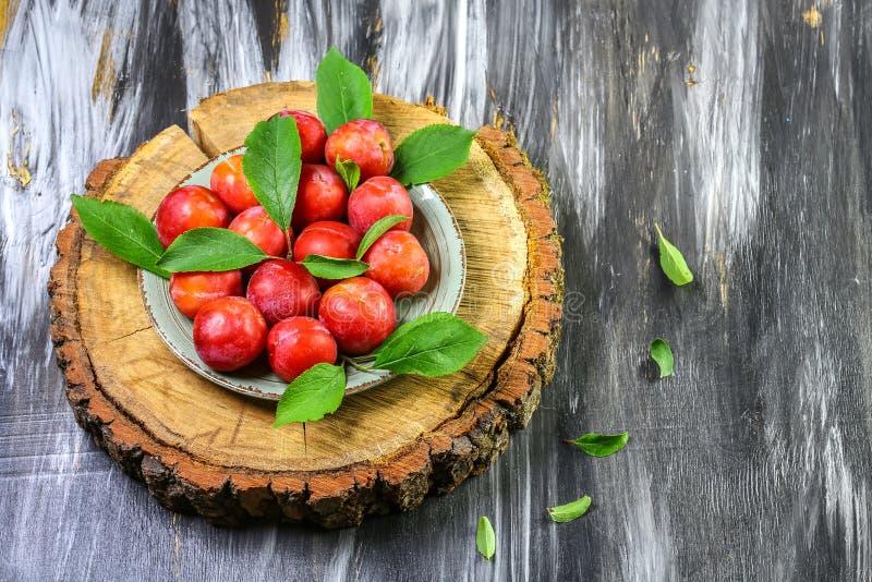 Verse pruimen met bladeren Vruchten Op een houten achtergrond Hoogste mening De ruimte van het exemplaar royalty-vrije stock afbeeldingen