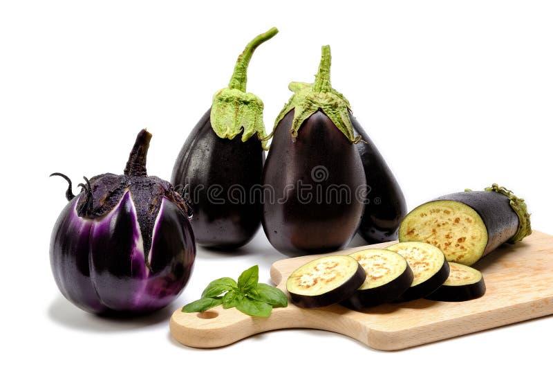 Verse purpere aubergine op witte achtergrond royalty-vrije stock afbeelding