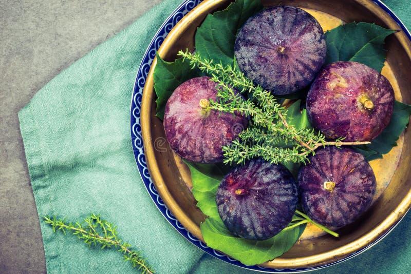Verse purpere fig. in plaat stock afbeelding