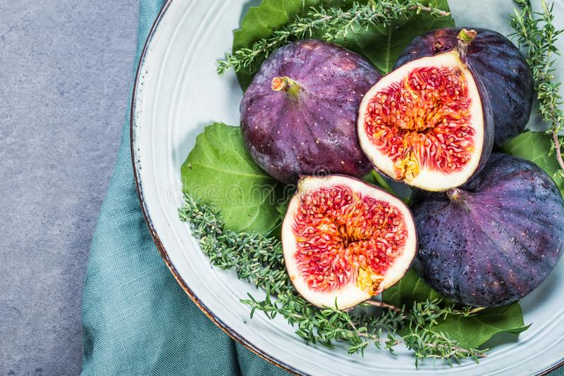 Verse purpere fig. in plaat royalty-vrije stock fotografie
