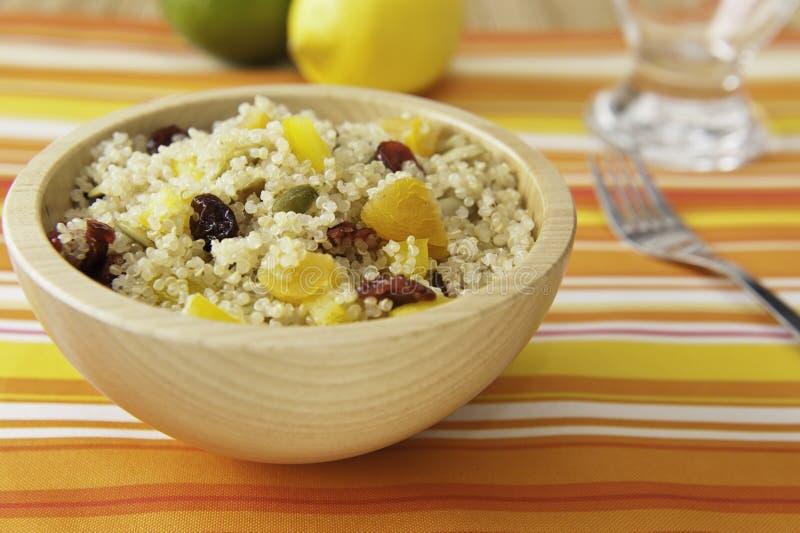 Verse Quinoa van de zomer Salade stock afbeeldingen
