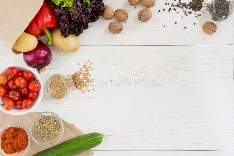 Verse rauwe groenten en kruiden op houten lijst royalty-vrije stock foto's