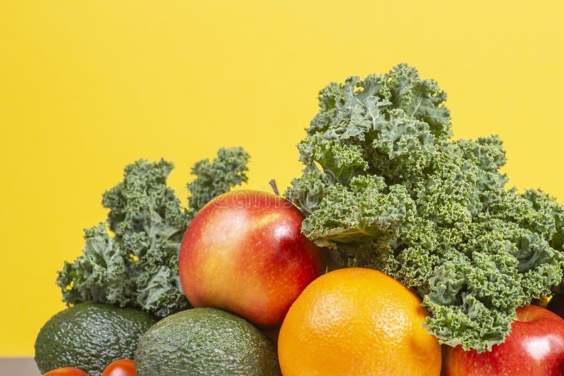 Verse rauwe groenten en vruchten Gezonde het eten achtergrond met sinaasappel, appelen, boerenkool, broccoli, sinaasappel, tomaat stock fotografie