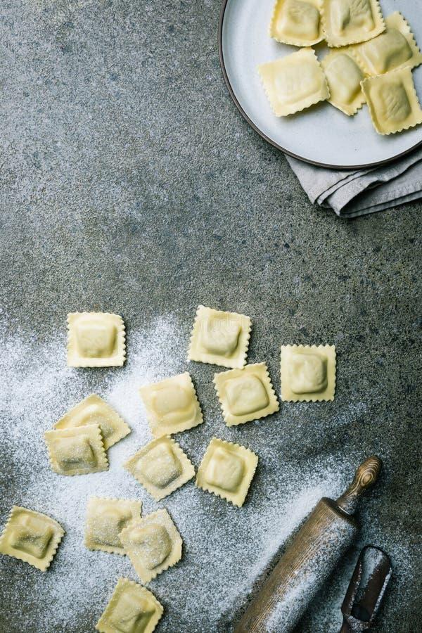 Verse ravioli met bloem stock foto's