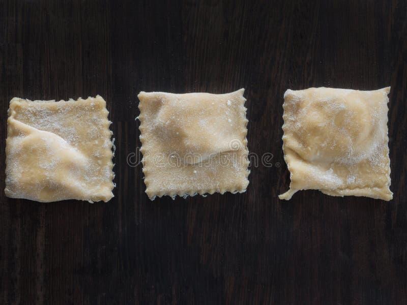 Verse ravioli met bloem op een houten raad stock foto's