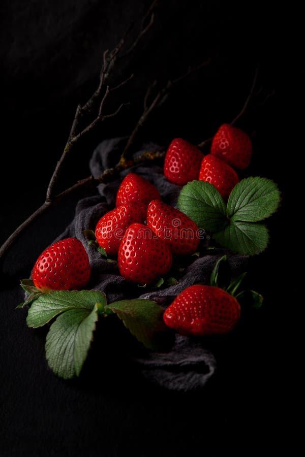 Verse rijpe aardbeien op een servet en leilijst van de plaatkeuken stock fotografie