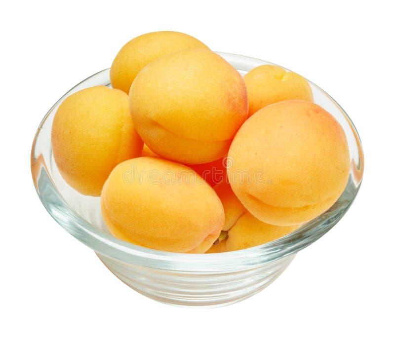 Verse rijpe abrikoos in ceramische die kom op witte achtergrond wordt geïsoleerd Ingrediënten voor het koken Hoogste mening stock fotografie