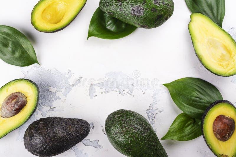 Verse rijpe avocadovruchten stock afbeeldingen