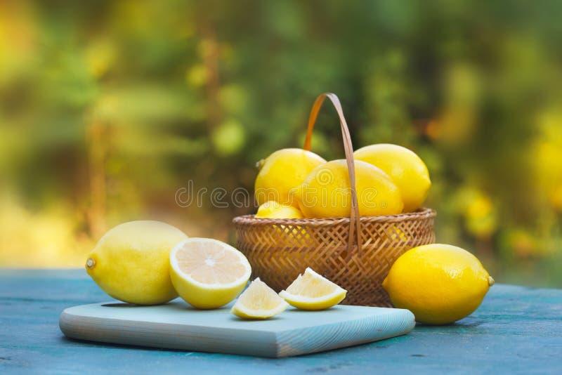 Verse, rijpe citroenen in rieten mand stock foto's