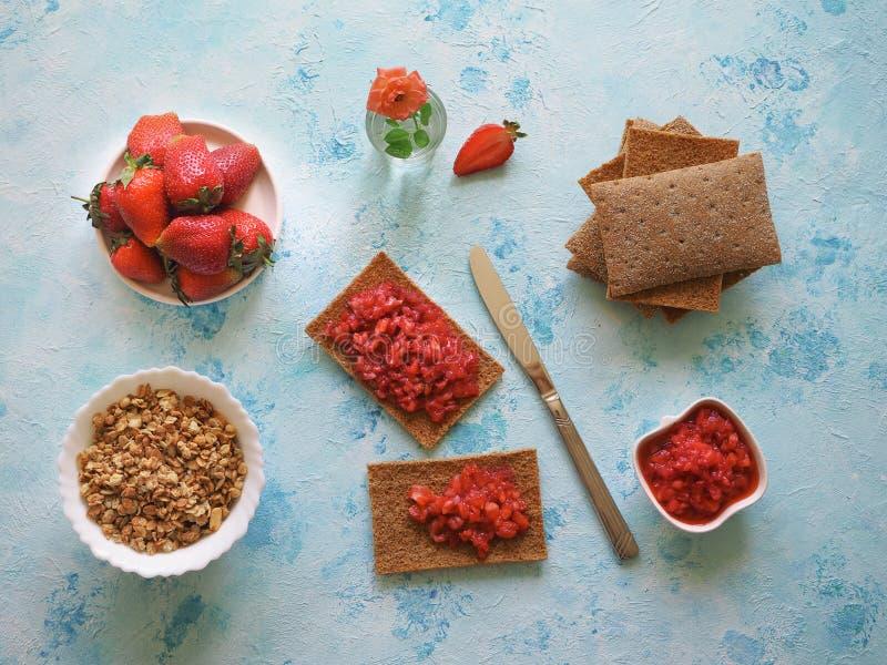 Verse rijpe de aardbeijam van het aardbeiontbijt op roggetoost stock foto