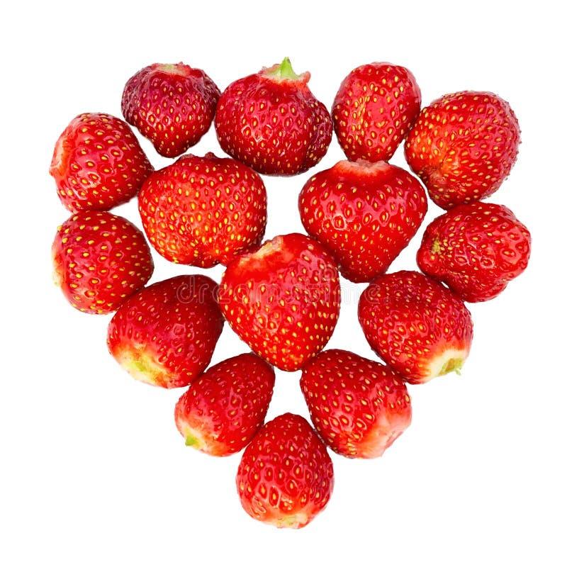 Verse rijpe die aardbeien in de vorm van een hart worden opgemaakt - houd van concept dat voor ontwerp, op witte achtergrond word royalty-vrije stock fotografie