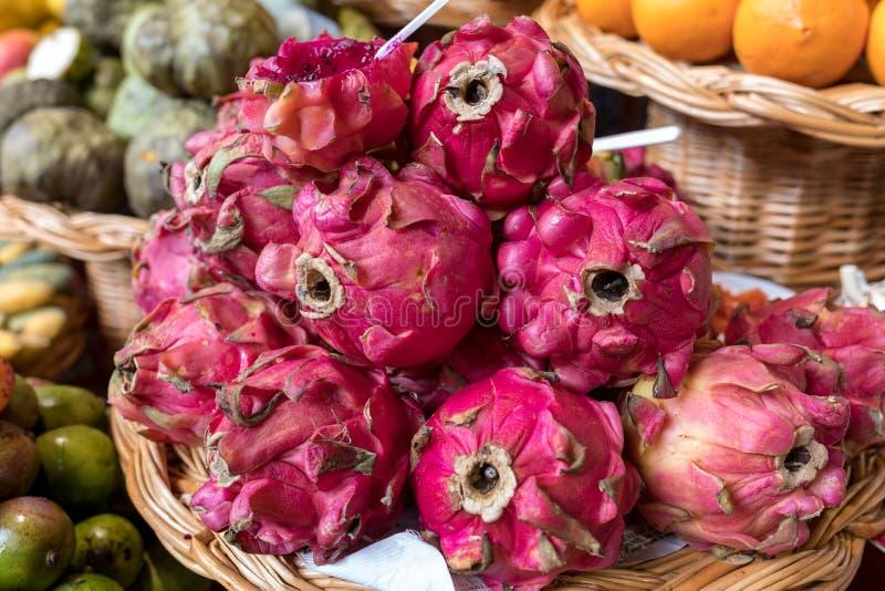 Verse rijpe draakvruchten of Pitaya in Mercado Dos Lavradores Funchal, Madera, royalty-vrije stock foto