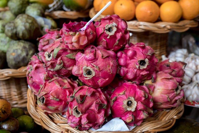 Verse rijpe draakvruchten of Pitaya in Mercado Dos Lavradores Funchal, Madera, royalty-vrije stock fotografie