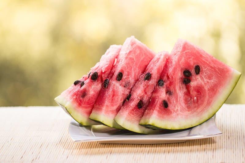 Verse rijpe gesneden watermeloen op houten rustieke achtergrond royalty-vrije stock foto