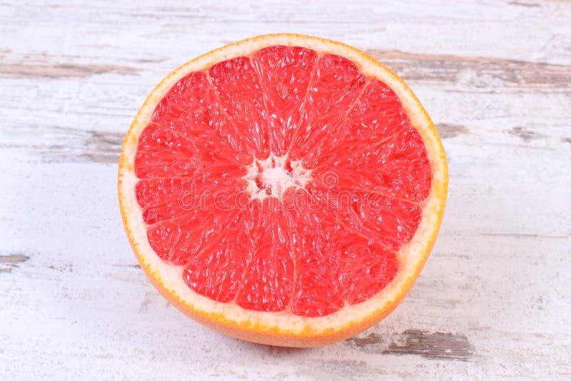 Verse rijpe grapefruit op oude houten achtergrond royalty-vrije stock afbeelding