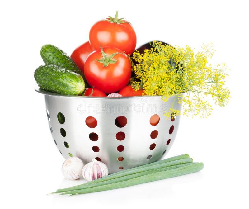 Verse rijpe groenten in vergiet stock foto's