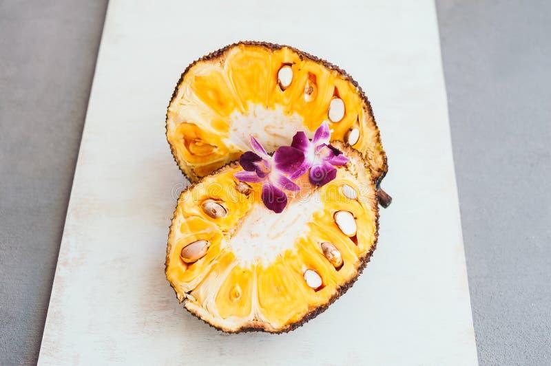 Verse rijpe jackfruit Tropisch fruit met purpere orchidee?n op het Jackfruitsegment klaar te eten Zonnebloemzaden - zaadfonds Wit stock fotografie