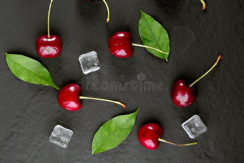 Verse rijpe kersen voor achtergrond stock foto's