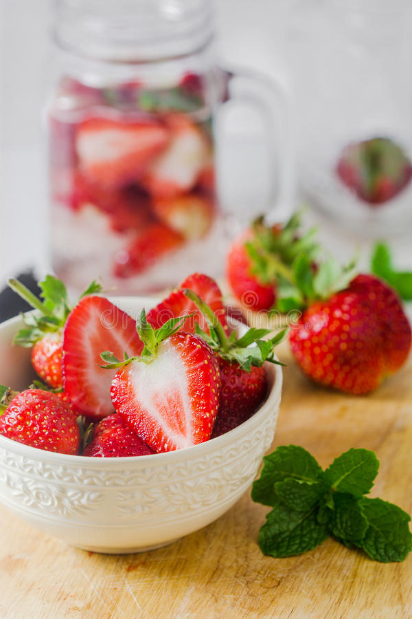 Verse rijpe rode aardbeien in witte kom stock fotografie