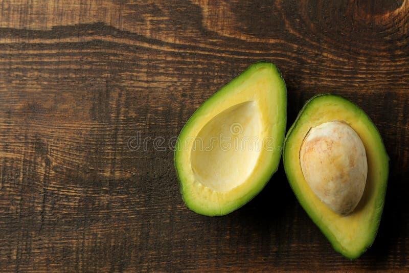 Verse rijpe smakelijke avocado op een bruine houten achtergrond tropische fruit hoogste mening Ruimte voor tekst stock foto's