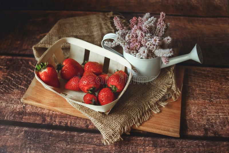 Verse rode aardbeien op houten lijst stock foto