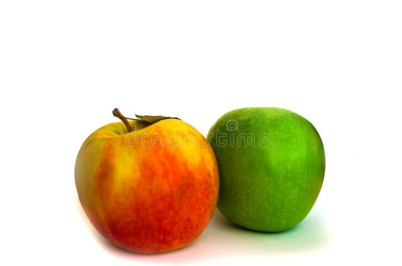 Verse rode appel en groene die appel op witte achtergrond wordt geïsoleerd stock afbeeldingen