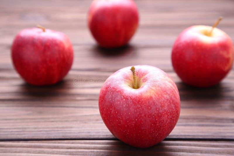 Verse rode appelen op houten achtergrond Smakelijke appelen op bruine lijst royalty-vrije stock foto