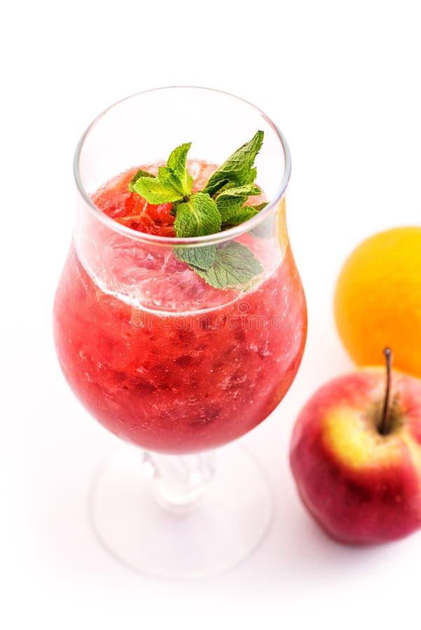 Verse rode die smoothie met muntblad in glas op witte drank als achtergrond, aardbei, rode aalbes, sinaasappel en appel, product  royalty-vrije stock fotografie