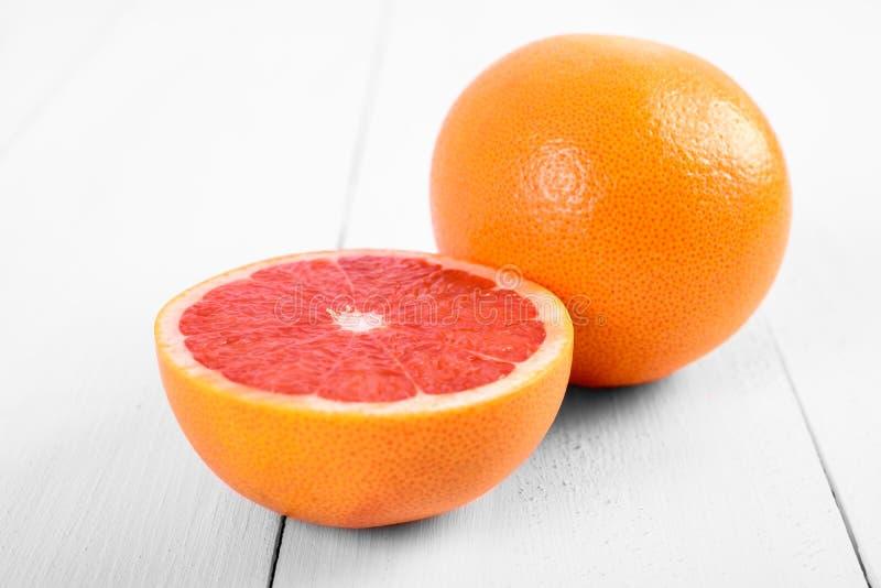 Verse Rode Grapefruits op Lijst stock afbeeldingen