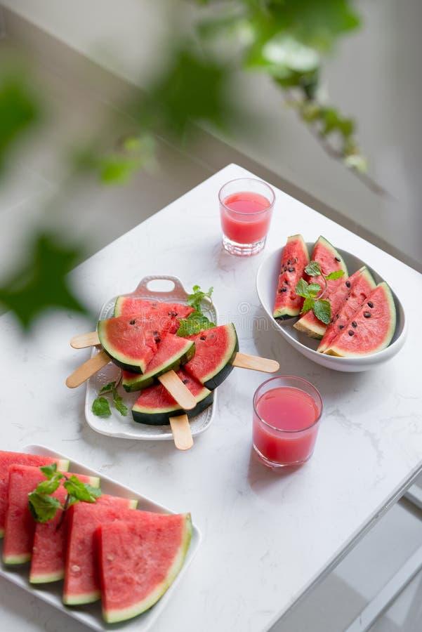 Verse rode smoothie in een glas met gesneden stukken van watermeloen o royalty-vrije stock afbeeldingen