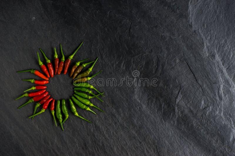 Verse rode Spaanse peper en groene Spaanse peper op leisteen royalty-vrije stock foto