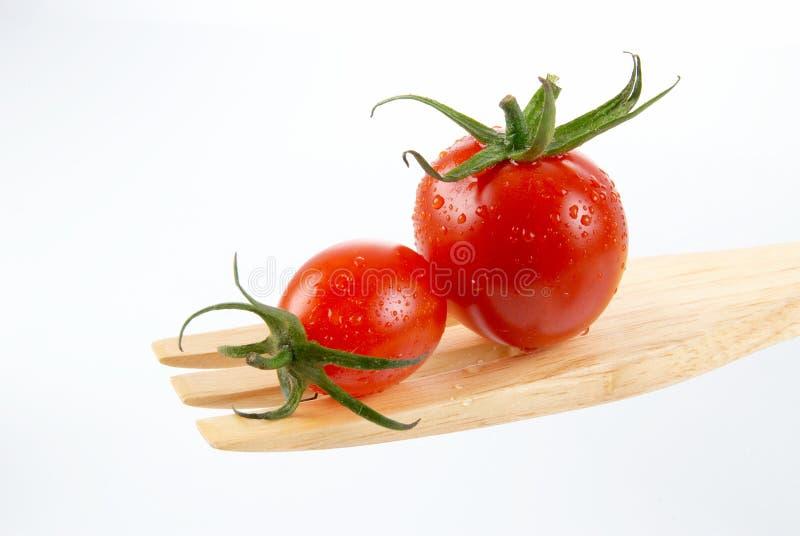 Verse rode tomaat met groene stam op witte achtergrond stock afbeelding