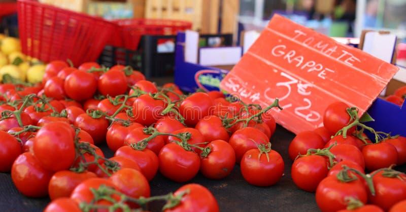 Verse rode tomaten bij een landbouwersmarkt in Frankrijk, Europa Italiaanse tomaten Straat Franse markt in Nice stock foto