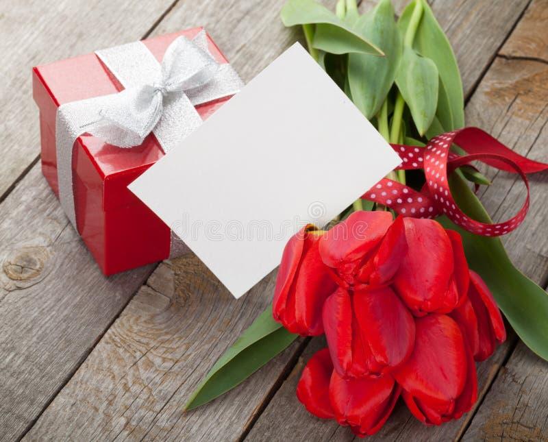 Verse rode tulpen met giftdoos en groetkaart royalty-vrije stock afbeeldingen