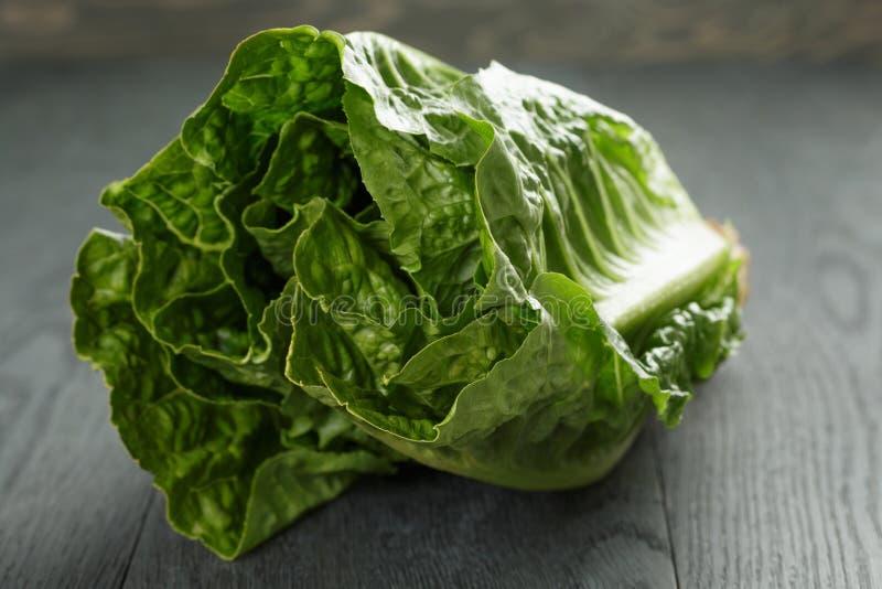 Verse romain groene salade op houten lijst stock afbeeldingen