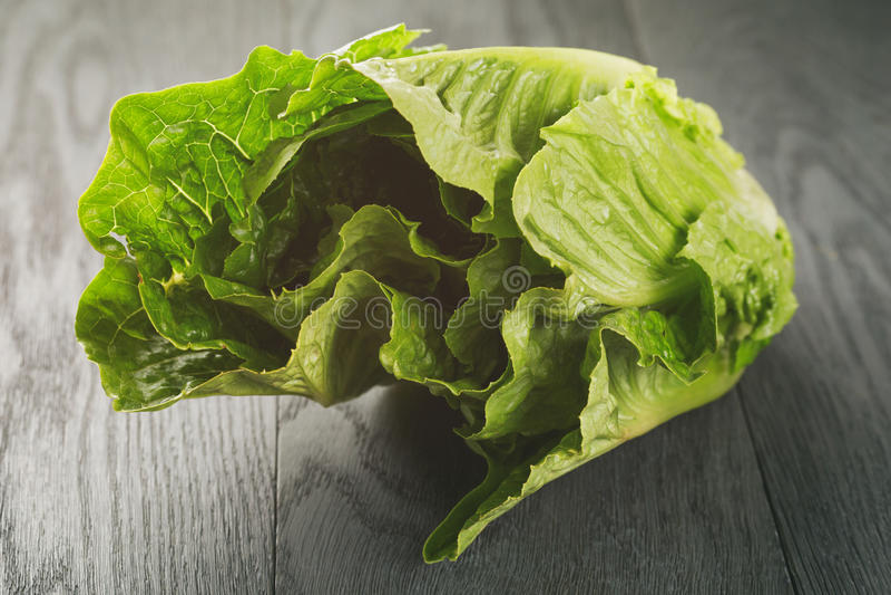 Verse romain groene salade op houten lijst royalty-vrije stock foto's