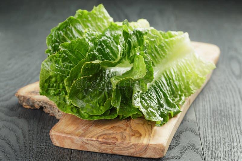 Verse romain groene saladebladeren op olijfraad royalty-vrije stock fotografie