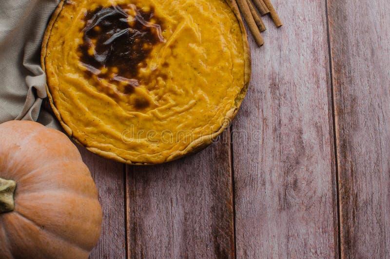 Verse ronde heldere oranje eigengemaakte pompoenpastei stock afbeeldingen