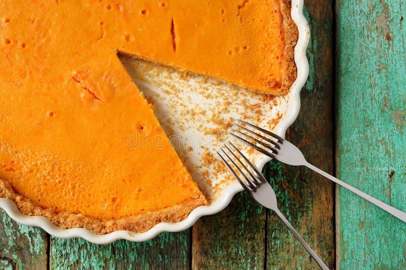 Verse ronde heldere oranje eigengemaakte pompoenpastei in wit baksel D stock fotografie