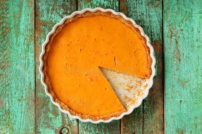 Verse ronde heldere oranje eigengemaakte pompoenpastei in wit baksel D royalty-vrije stock fotografie