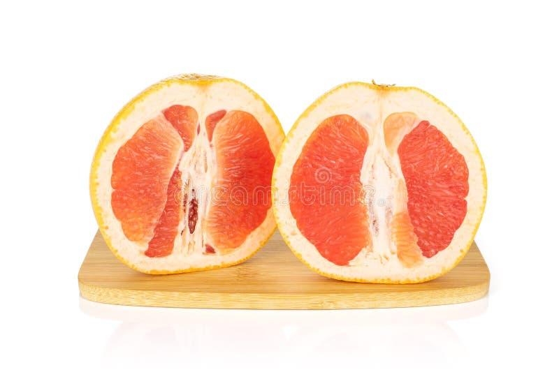 Verse roze die grapefruit op wit wordt geïsoleerd stock foto's