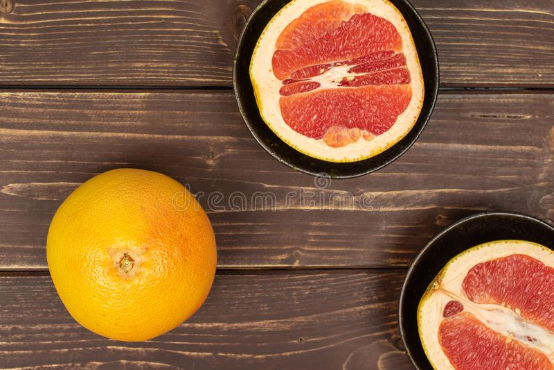 Verse roze grapefruit op bruin hout stock foto