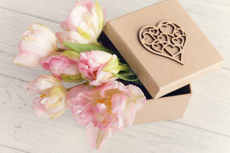Verse roze tulpenbloemen in de doos van giftkraftpapier royalty-vrije stock afbeeldingen