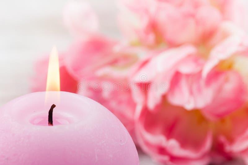 Verse roze tulpenbloemen en aangestoken kaars royalty-vrije stock foto's
