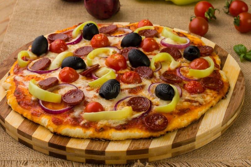 Verse rustieke pizza royalty-vrije stock afbeeldingen