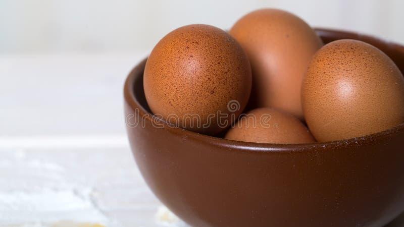 Verse ruwe eieren in plaat stock fotografie