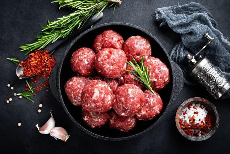 Verse ruwe rundvleesvleesballetjes met kruiden stock foto