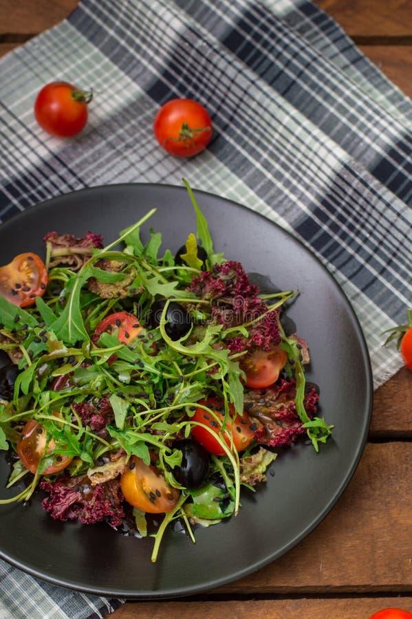 Verse salade met arugula, garnalen, kersentomaat en avocado Houten achtergrond Close-up Hoogste mening stock foto's