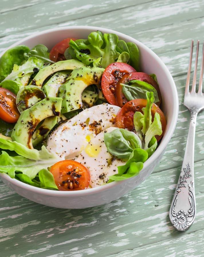 Verse salade met avocado, tomaat en mozarella, in een witte kom royalty-vrije stock foto's