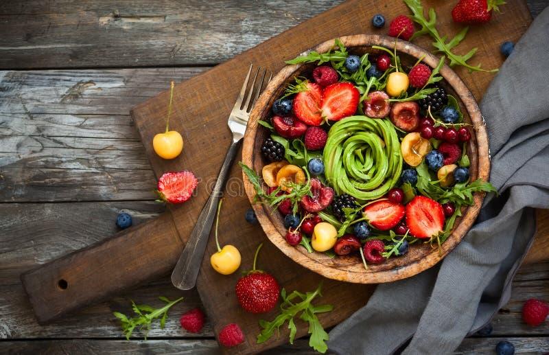 Verse salade met fruit, bes en groenten stock afbeeldingen